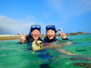 宮古島の海でウミガメと記念撮影