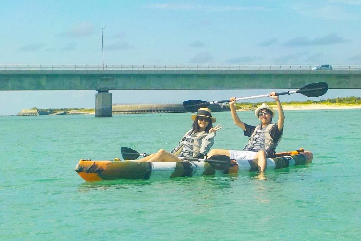 伊良部大橋の下をくぐるカヌー
