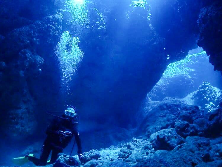 伊良部島周辺の洞窟でダイビング