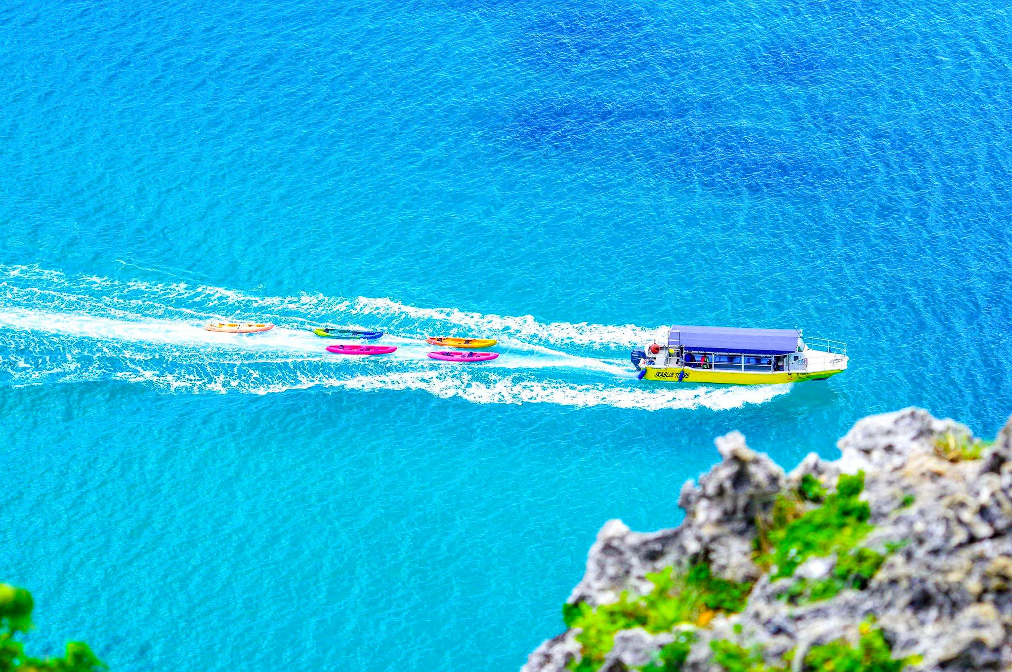 青の洞窟へ向かうグラスボート