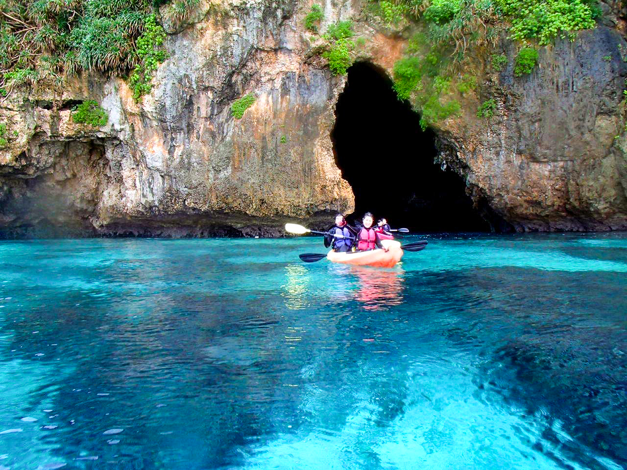 カヤックで青の洞窟の中へ