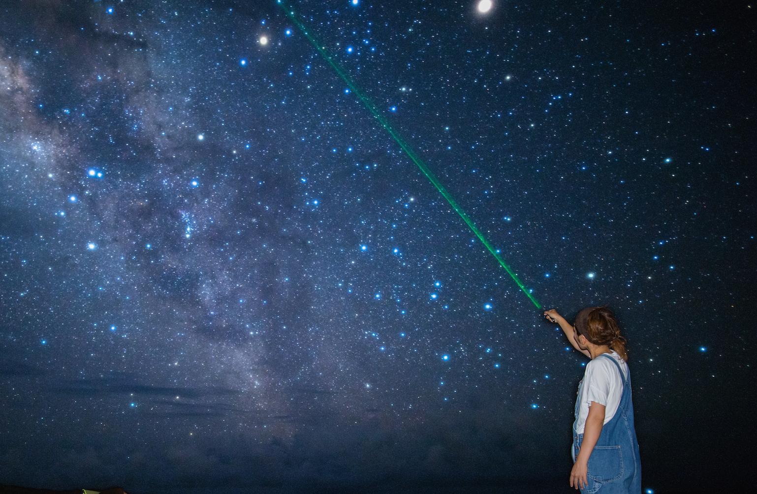 レーザーで宮古島の星空を解説