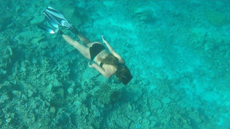 伊良部島の透明度抜群の海を泳ぐ