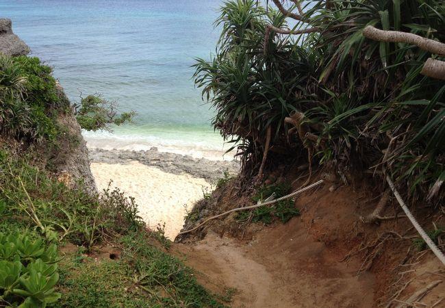 池間島の観光スポットの池間ロープ (カギンミヒダビーチ)