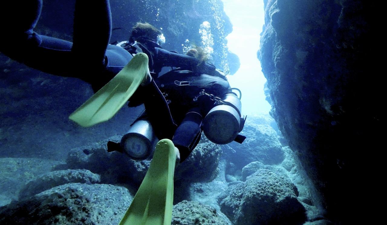 お亜の洞窟で体験ダイビングを楽しむ女性