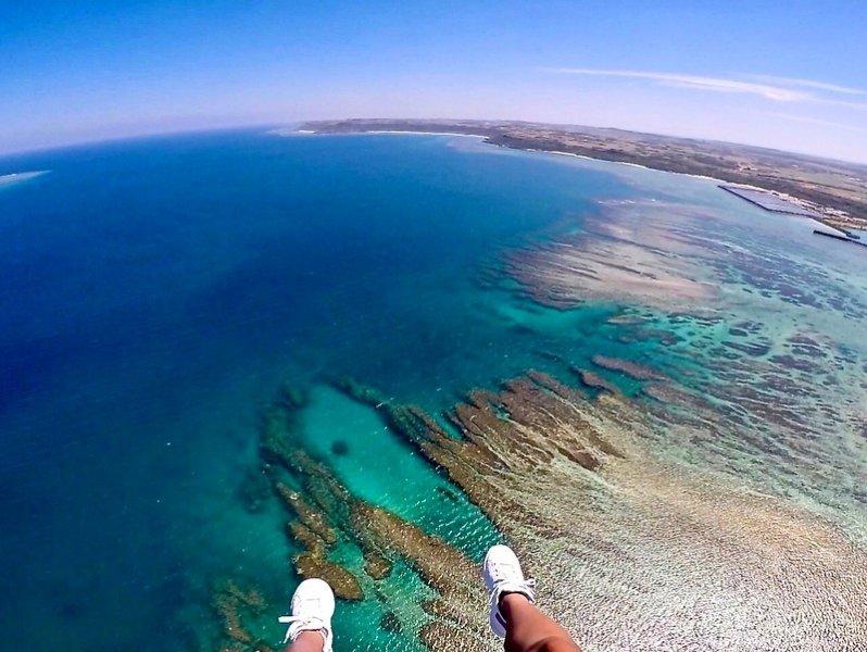 パラグライダーで宮古島の海を上空から眺める
