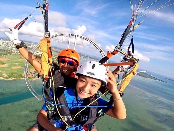 パラグライダーを楽しむ女性