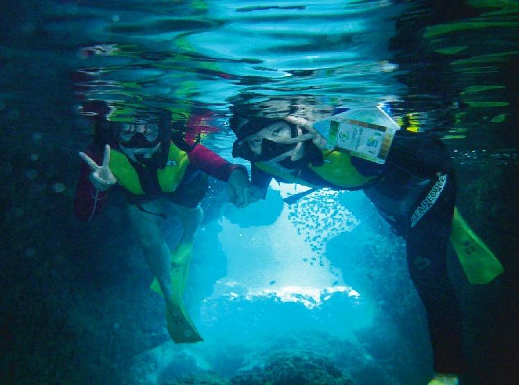 青の洞窟シュノーケリングを楽しむ子供たち