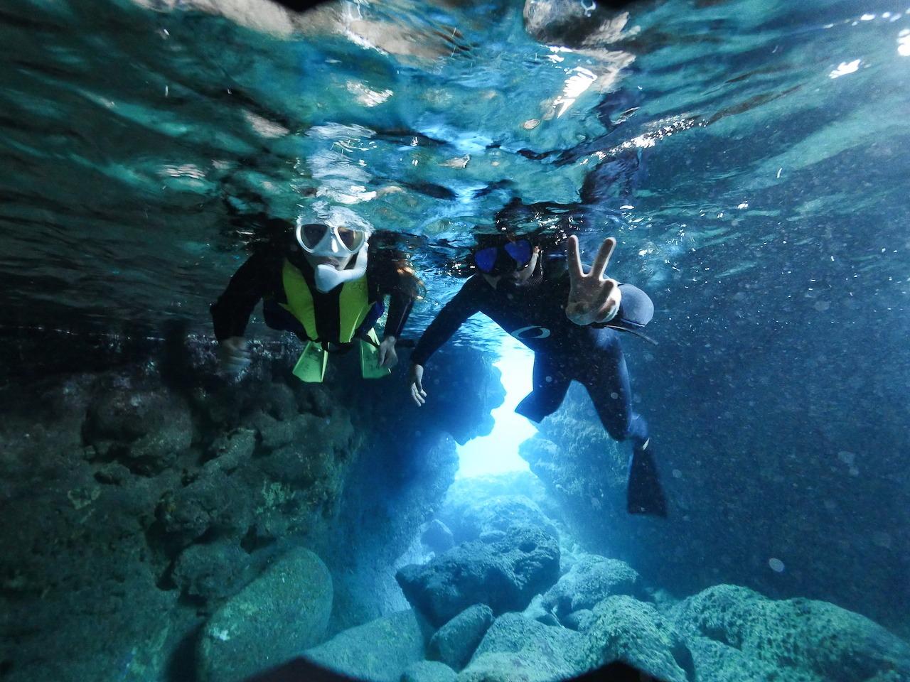 宮古島のシュノーケリングの青の洞窟でのシュノーケリング
