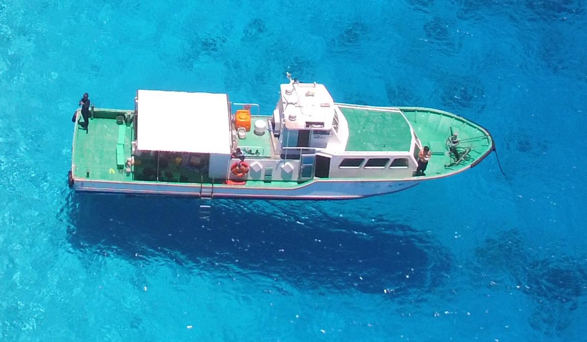 青の洞窟へシュノーケル船で向かう