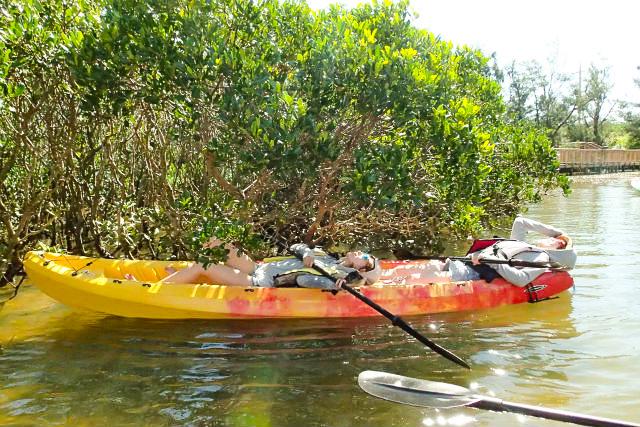 マングローブ川で寝転がる