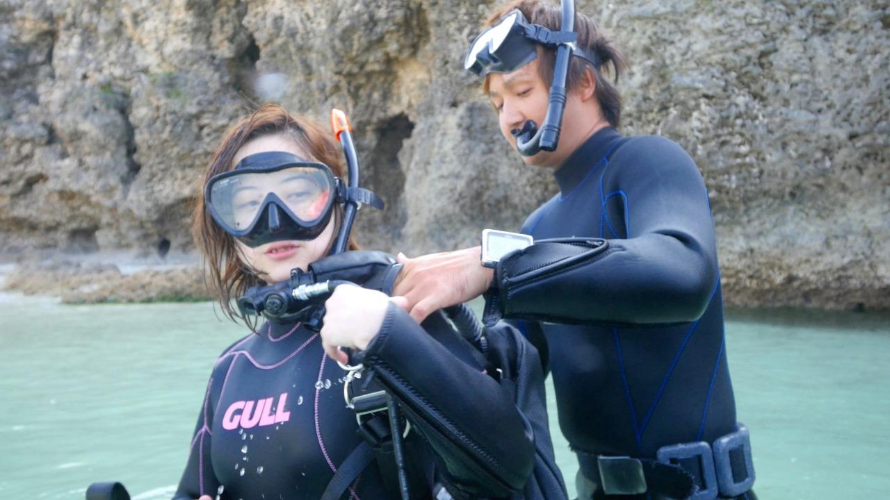 体験ダイビングを楽しむ女性