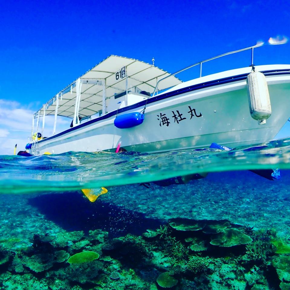 池間島から出港するシュノーケリング船