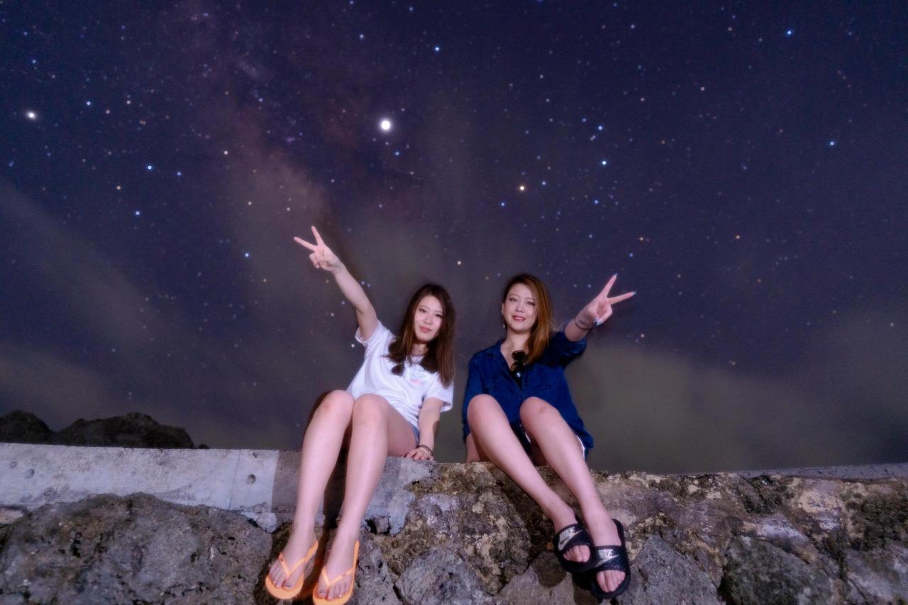 宮古島の星空フォトツアーで写真を撮る女性