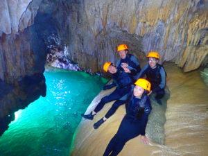 宮古島のパンプキン鍾乳洞の内部で記念撮影