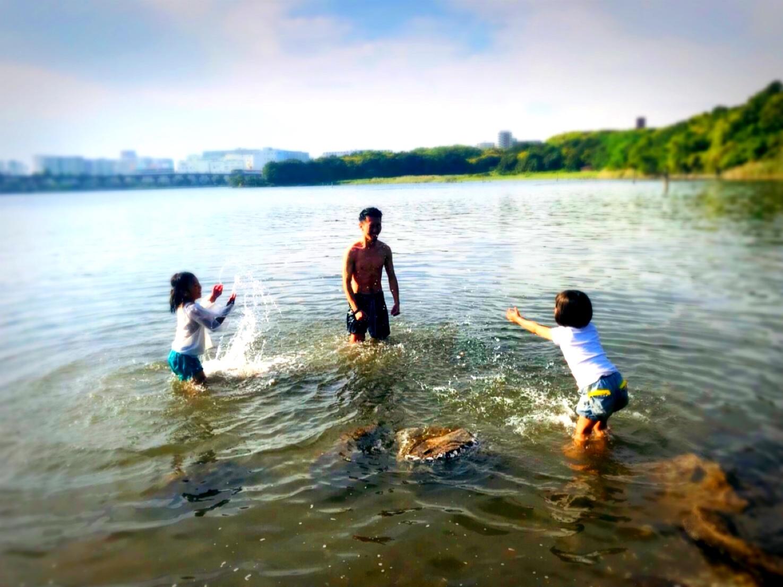 家族で宮古島の海水浴を楽しむ