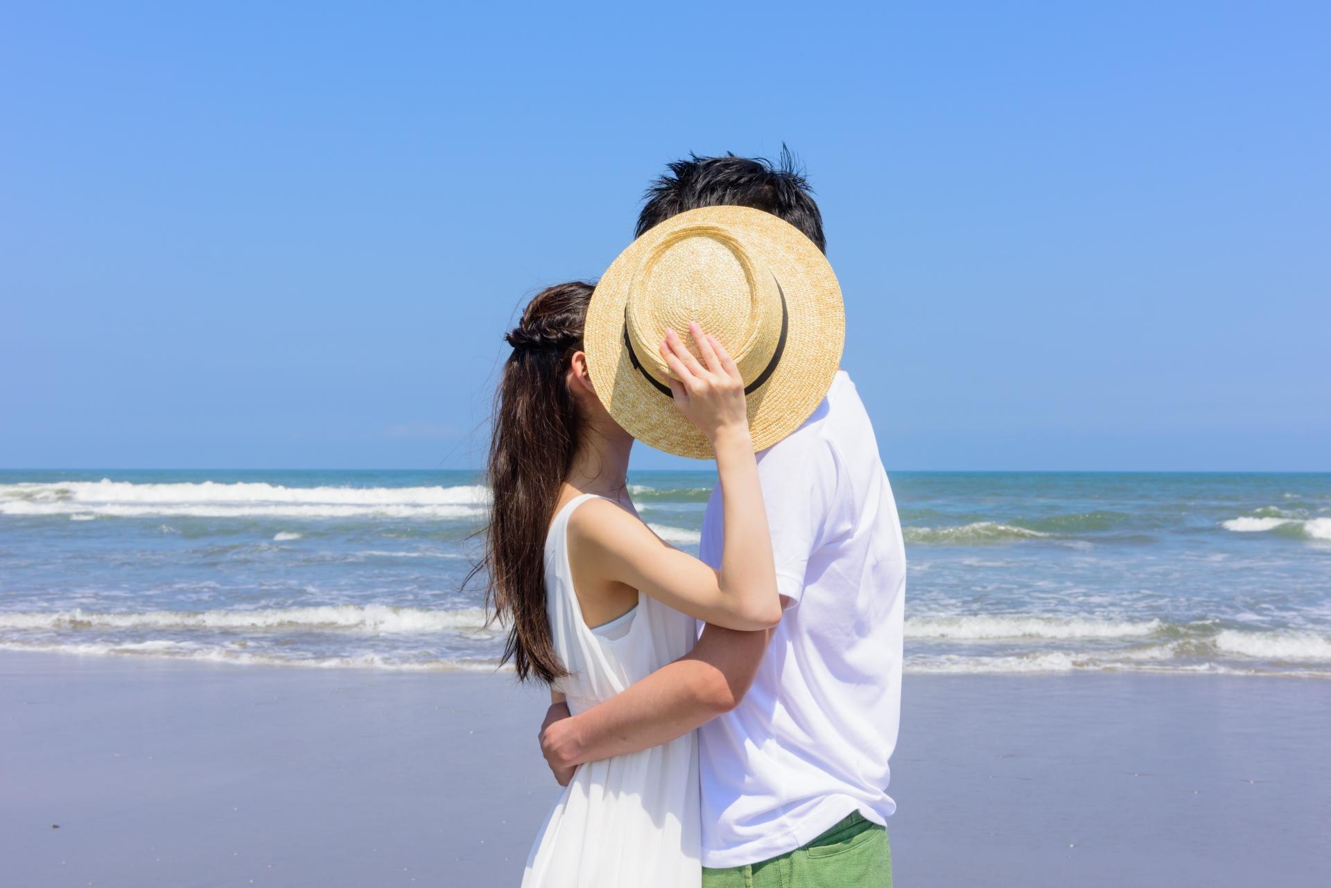宮古島のビーチでカップルでフォト