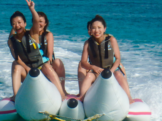 宮古島でマリンスポーツを楽しむ女性達