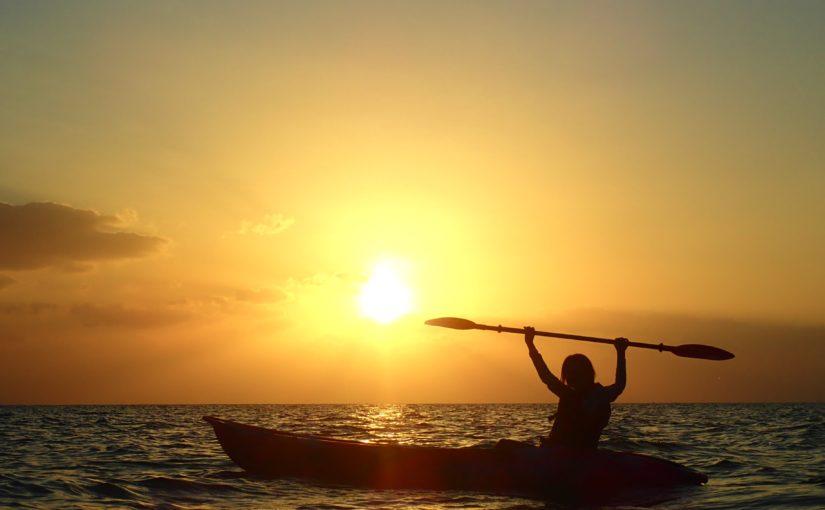 宮古島の海で夕日をバックにカヤック体験