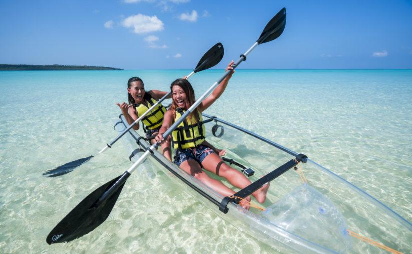 宮古島のクリアカヤックに乗る女性2人